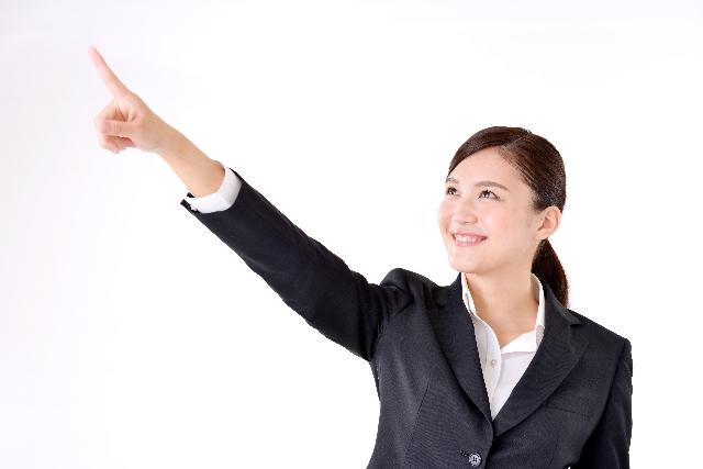 目標を指さす女性